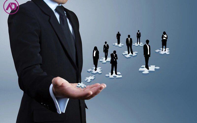 در این مقاله شما با ۹ روش مدیریت آشنا میشوید. هرکدام از آنها شیوه خاصی برای تعامل با کارمندان را به شما آموزش میدهند. در انتهای مقاله نیز راه انتخاب بهترین سبک مدیریت برای سازمانهای مختلف را میخوانید و میتوانید تشخیص دهید کدام یک از سبکها برای سازمان شما بهتر عمل میکند.